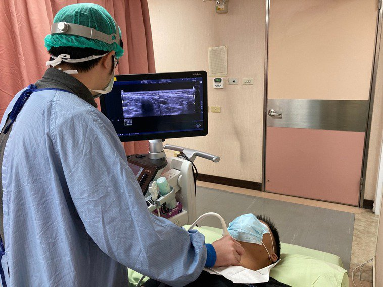 李尚儀為患者進行超音波檢查,確認甲狀腺狀況。圖/南投醫院提供