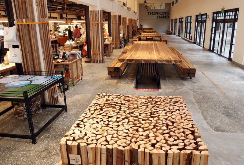 各國近年都已提高國產材占比,目標達到50%,台灣卻仍將林地伐木視為「開發」。圖為建築設計師以國產材首創木製建築空間。記者曾吉松/攝影