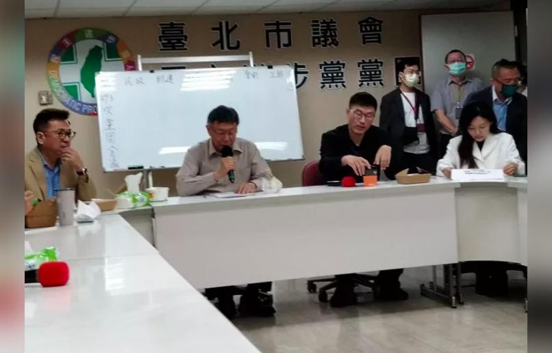 因應防疫升級,民進黨台北市議會黨團今宣布,全力配合指揮中心,即日起暫停跑攤。(圖...