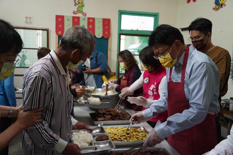 屏東縣社區關懷據點共餐改為外帶,圖為先前共餐情況。圖/屏東縣府提供