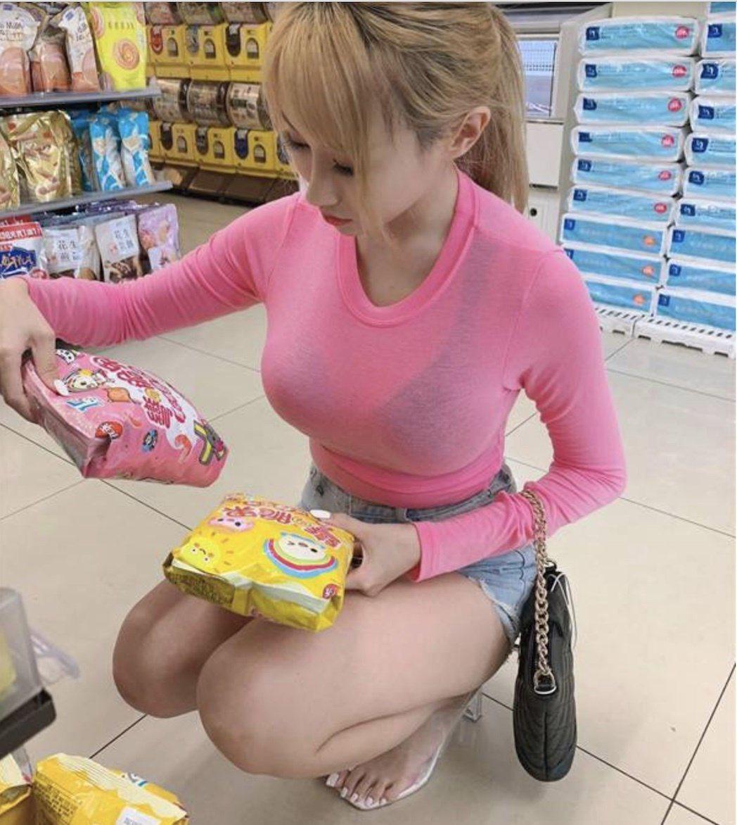 陳潔兒上超商的打扮也是辣翻天。圖/摘自IG