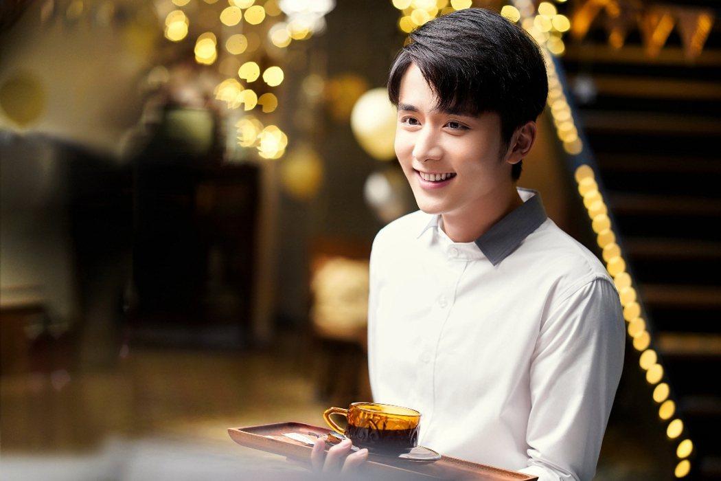 張新成在「以家人之名」中飾演笑容和煦如暖陽的「小哥」。圖/中天娛樂台提供