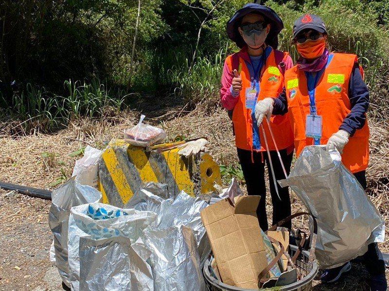 南投縣清境合歡山淨山活動今登場,短短半天時間就已清出1500袋垃圾。圖/清境觀光協會提供