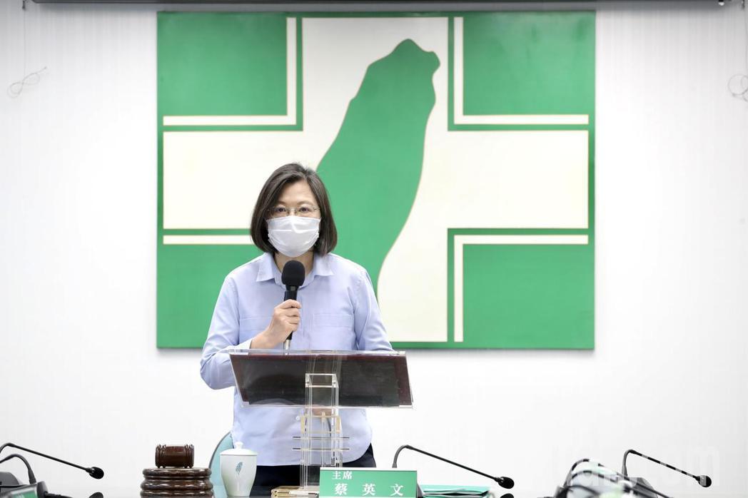 兼任民進黨主席的總統蔡英文今日下午於中常會前發表談話表示,目前防疫物資跟醫療系統...