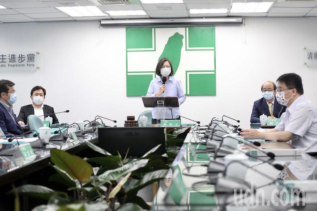 兼任民進黨主席的總統蔡英文(中)下午於中常會前發表談話表示,目前防疫物資跟醫療系...