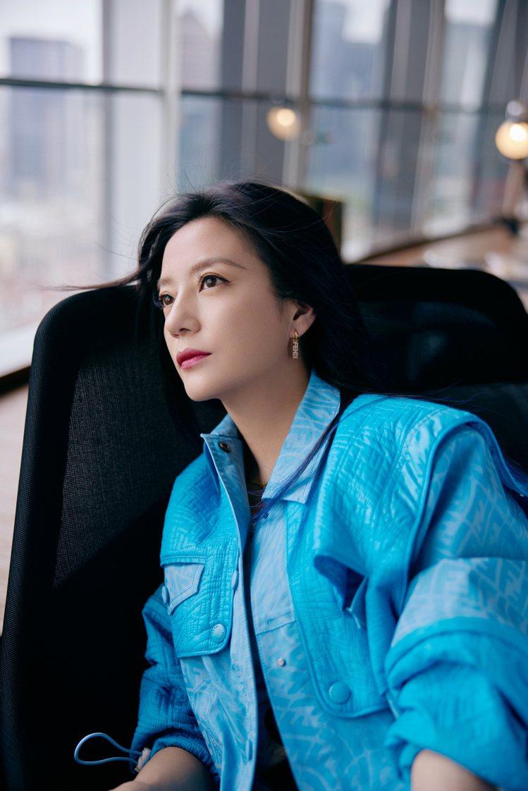 趙薇詮釋淺藍色FENDI Vertigo系列服裝與Baguette包款。圖/FE...