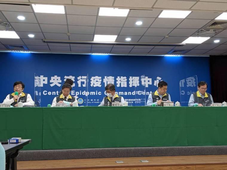中央流行疫情指揮中心記者會,第一排由左到右為疫情監測組組長周志浩、專家諮詢小組召...