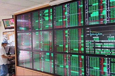 在股市大跌的情況下,可以去撈被錯殺的股票,其中外銷股與電子股是可以考慮的族群。記...