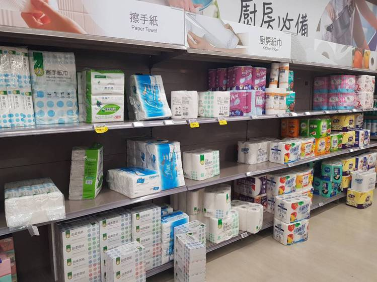 大潤發賣場上午已開始出現生活用品購買潮。記者陳睿中/攝影