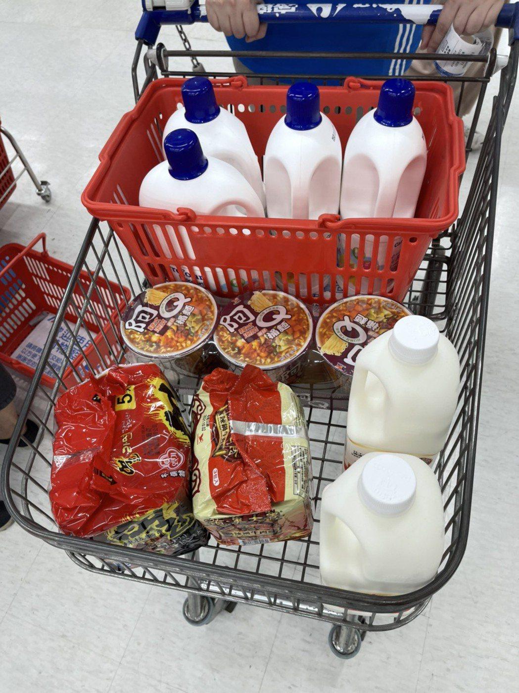 家樂福賣場人潮今早與平日相較增加約3~4成,購買清潔用品、食材、泡麵的民眾相當多...