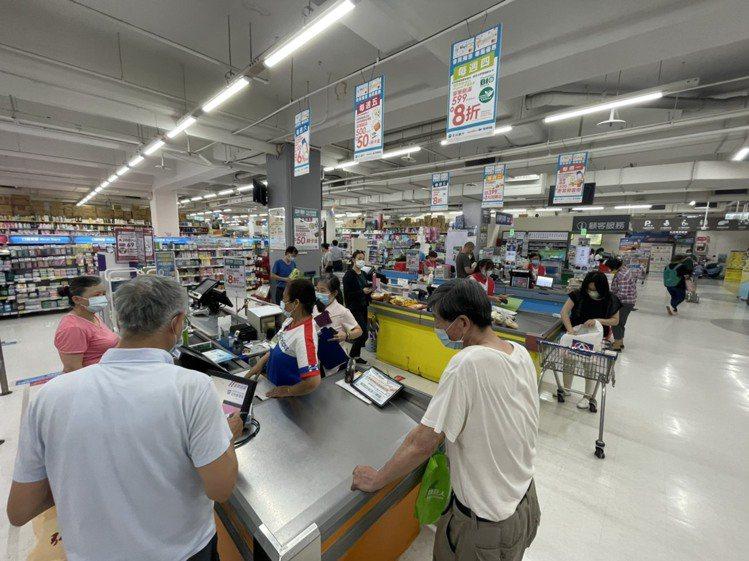 家樂福賣場人潮今早與平日相較增加約3~4成。圖/家樂福提供