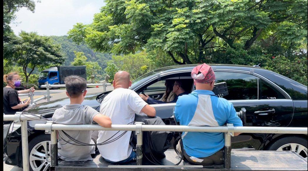 江俊翰、李又汝為「多情城市」拍攝撞車戲,劇組出動特效拖板車。圖/民視提供