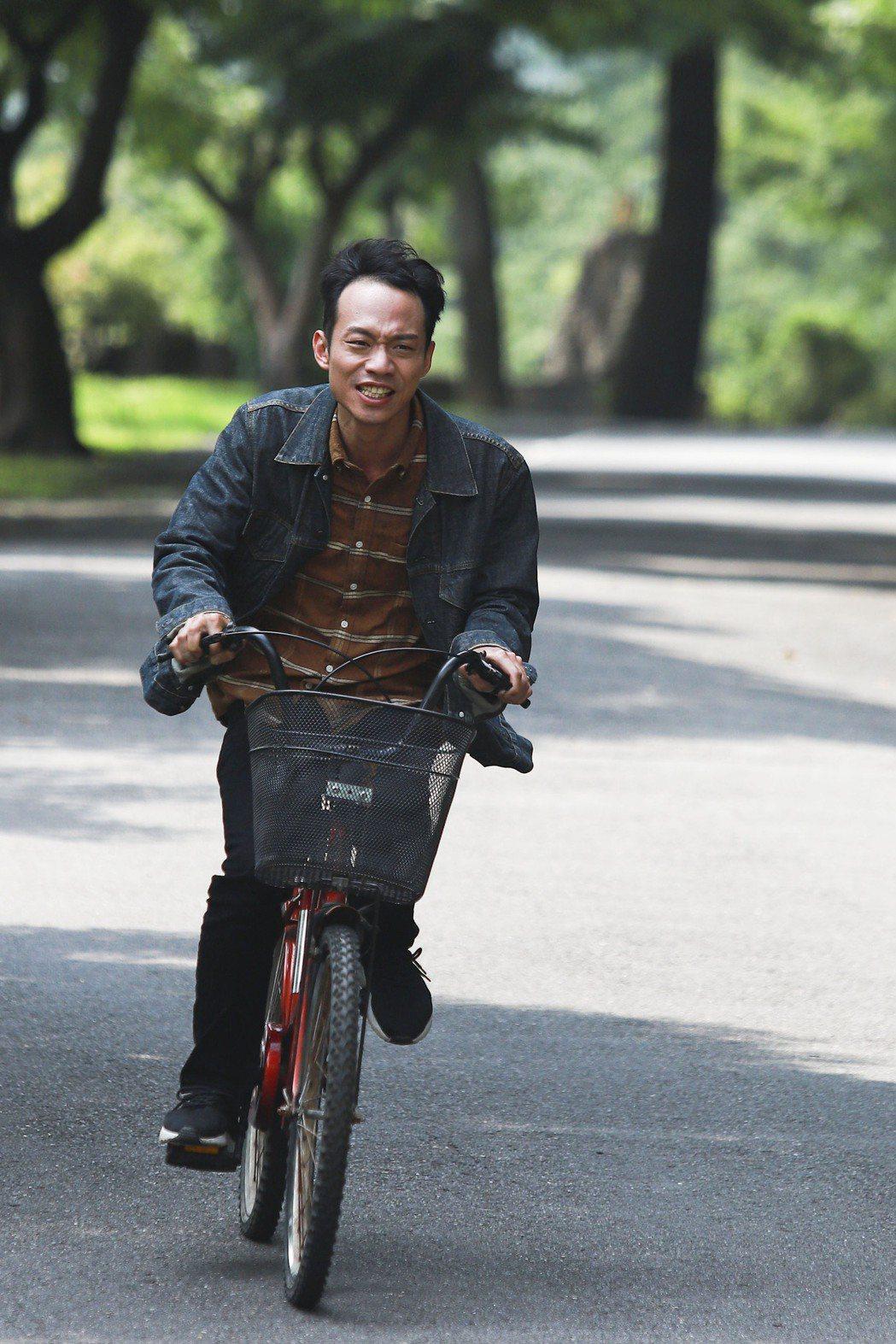張哲豪在山上騎單車,累到氣喘吁吁。圖/民視提供