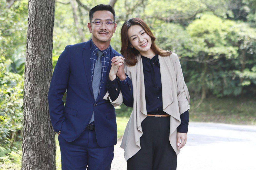 江俊翰(左)、李又汝到山區拍攝撞車戲。圖/民視提供
