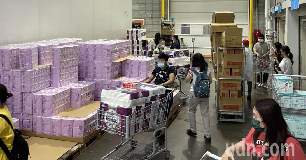 中和好市多下午出現搶買衛生紙、冷凍食品、生鮮食品等物資的人潮。圖/讀者提供