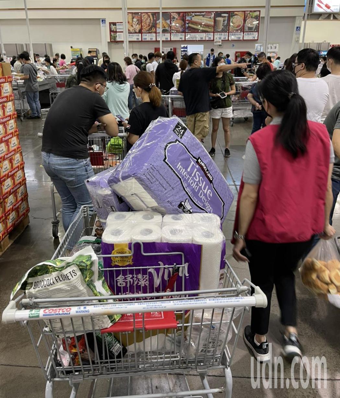 中和好市多下午出現搶買衛生紙、冷凍食品、生鮮食品等物資的人潮,民眾花了5分鐘排隊...
