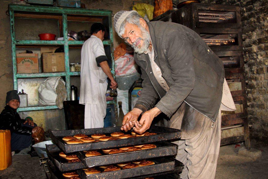 一年一度開齋日來臨前夕,神學士12日奪下首都喀布爾附近的內爾克區,圖為一位準備開...