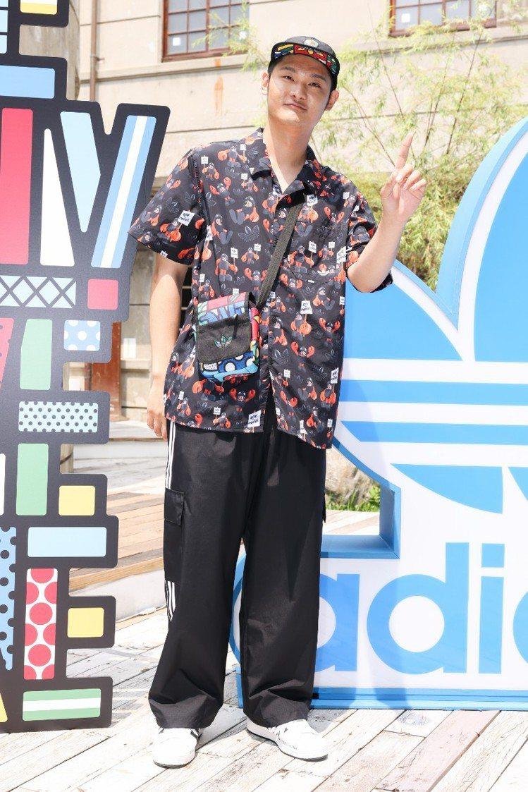 LEO王穿著adidas Originals Philip Colbert聯名襯...