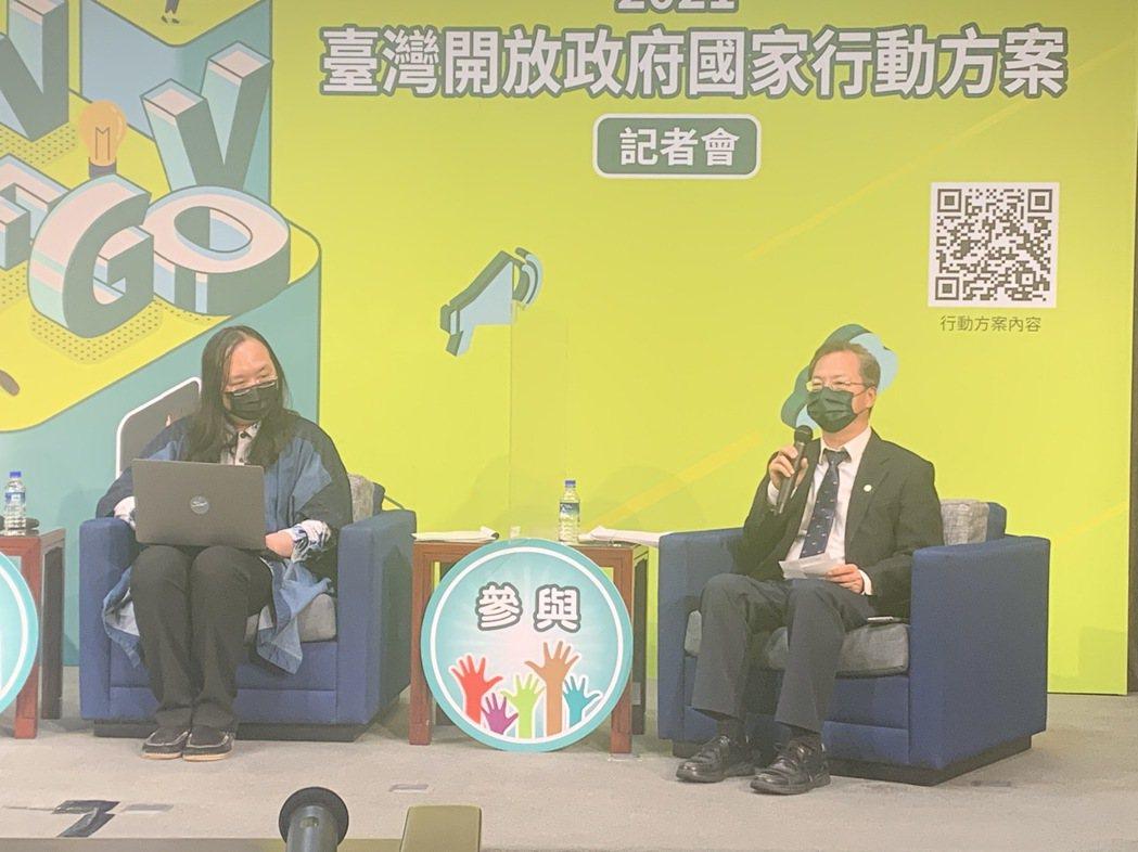 國發會主委龔明鑫(右)對疫情升溫對經濟和股市的影響發表看法。記者賴昭穎/攝影