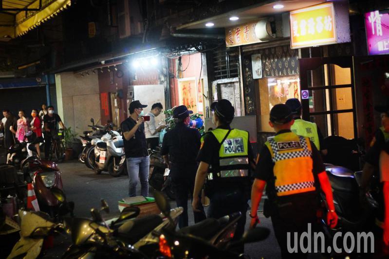 警方昨天才剛到三水街上執行臨檢,今天就有茶室爆出確診案例。記者李隆揆/攝影