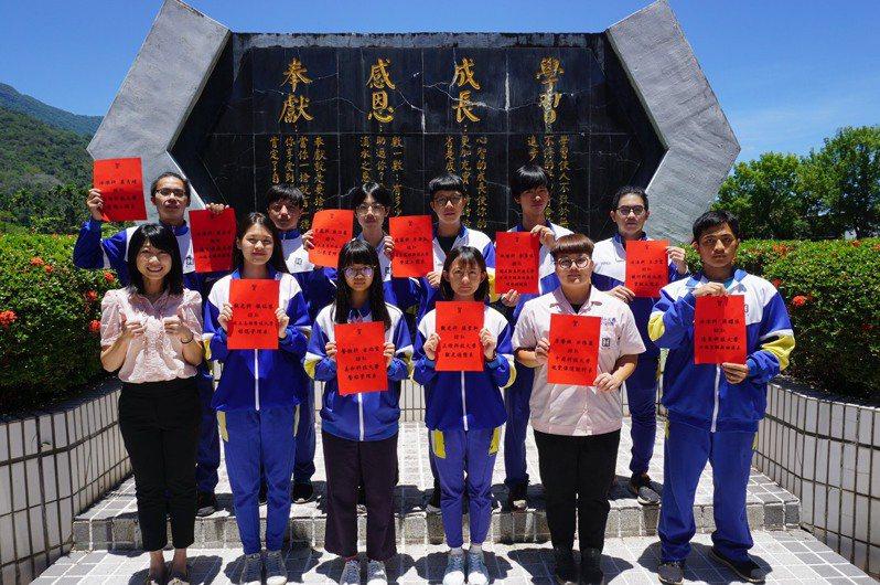 院繁星推薦入學放榜,台東縣關山工商今年推薦14人、錄取13人,其中5人錄取國立科大。圖/學校提供