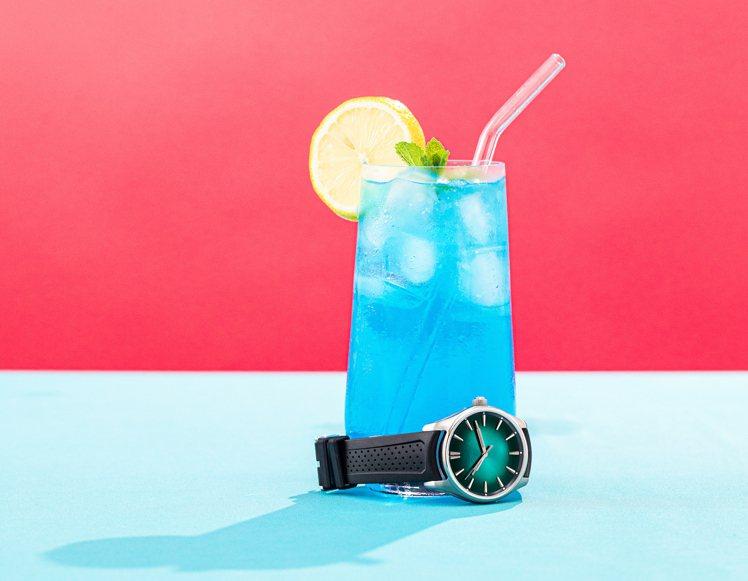 開拓者大三針MEGA Cool腕表,清涼、螢光色,活躍的年輕視覺,並在面盤12點...