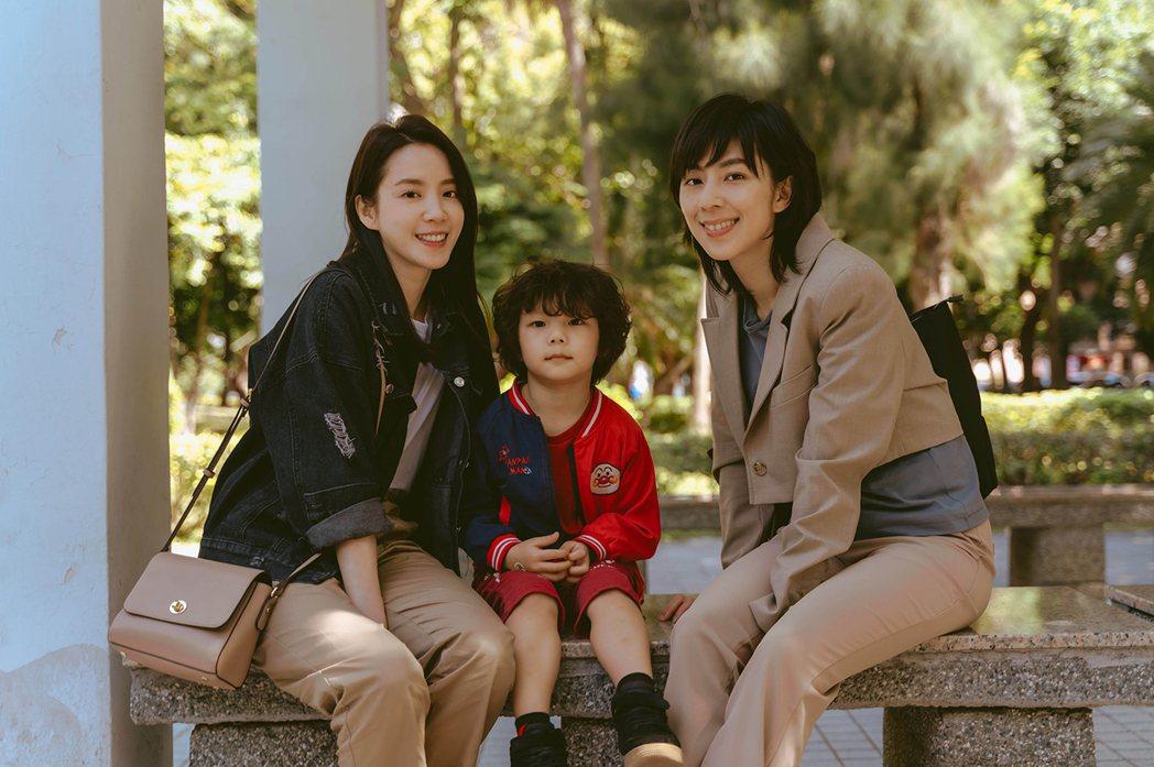 程予希(左)、林辰唏在「第一次遇見花香的那刻」譜女女戀。圖/GagaOOLala...