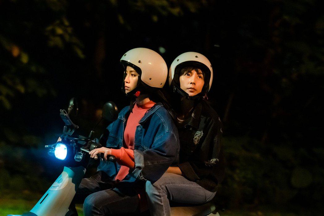程予希(左)為戲學騎機車,載林辰唏騎到手抽筋。圖/GagaOOLala提供