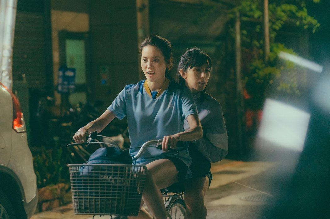 程予希(左)、林辰唏騎車雙載壓力如山大。圖/GagaOOLala提供