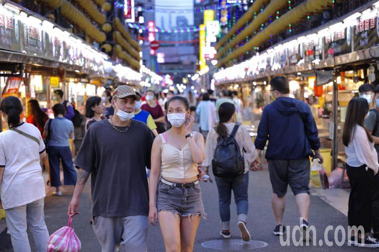 基隆市有確診個案,主要觀光景點廟口夜市,人潮也減少了大半,民眾都普遍帶起口罩。記...