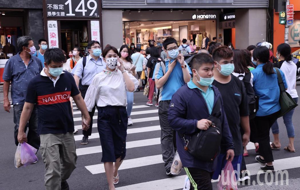基隆出現染疫個案,逛街的民眾普遍戴起口罩。記者黃義書/攝影