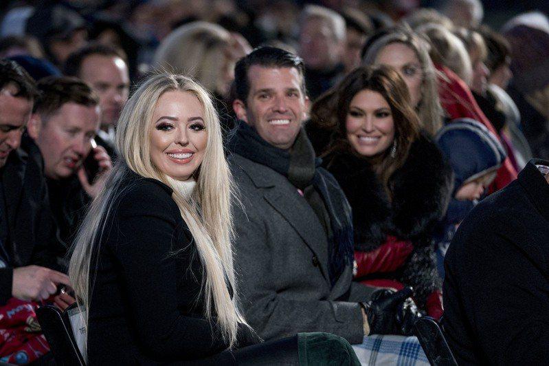 萊昂尼寫道,川普與第二任妻子所生的女兒蒂芬妮(左),曾與一名高䠷帥氣的特勤局幹員獨處的時間「多到不尋常」,甚至引發高層擔憂。美聯社