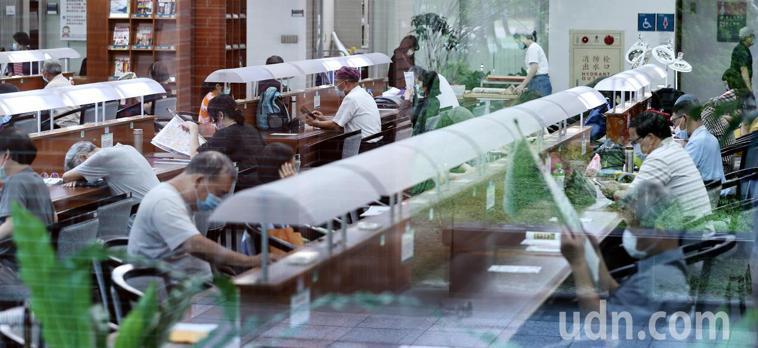 大批民眾在位於中和公園內的國立台灣圖書館內閱覽書報。記者侯永全/攝影