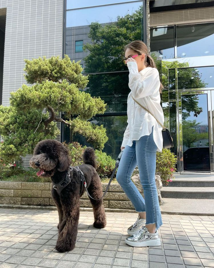 昆凌運用Alie Saddle手袋搭襯超長腿,貴賓狗相當搶鏡。圖/取自IG