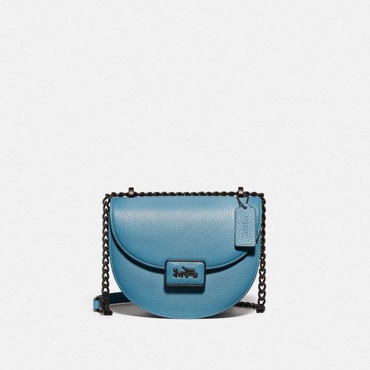 天藍色Alie Saddle Bag,21,800元。圖/COACH提供
