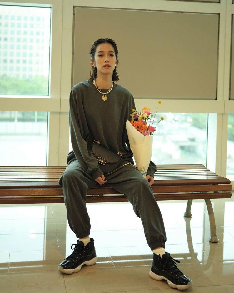 陳庭妮在IG以「今天當帥哥」的標題演繹Alie Saddle手袋。圖/取自IG
