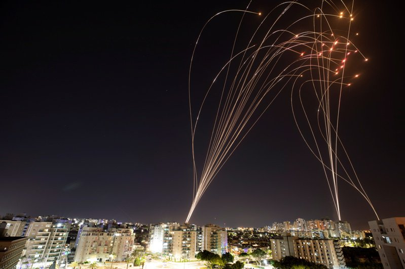 以色列阿什克隆的「鐵穹」防空系統11日啟動攔截火箭。以軍宣稱,「鐵穹」將進入以方空域的九成火箭擊落。路透