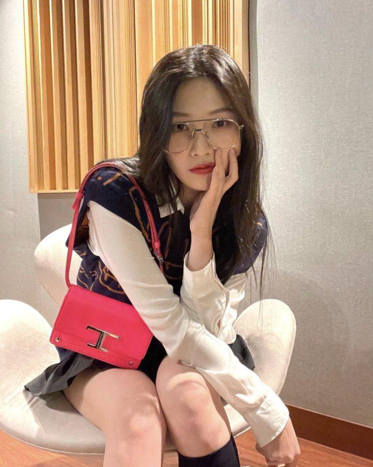 Red Velvet的Joy拎TOD'S T Timeless螢光腰包。圖/摘自...