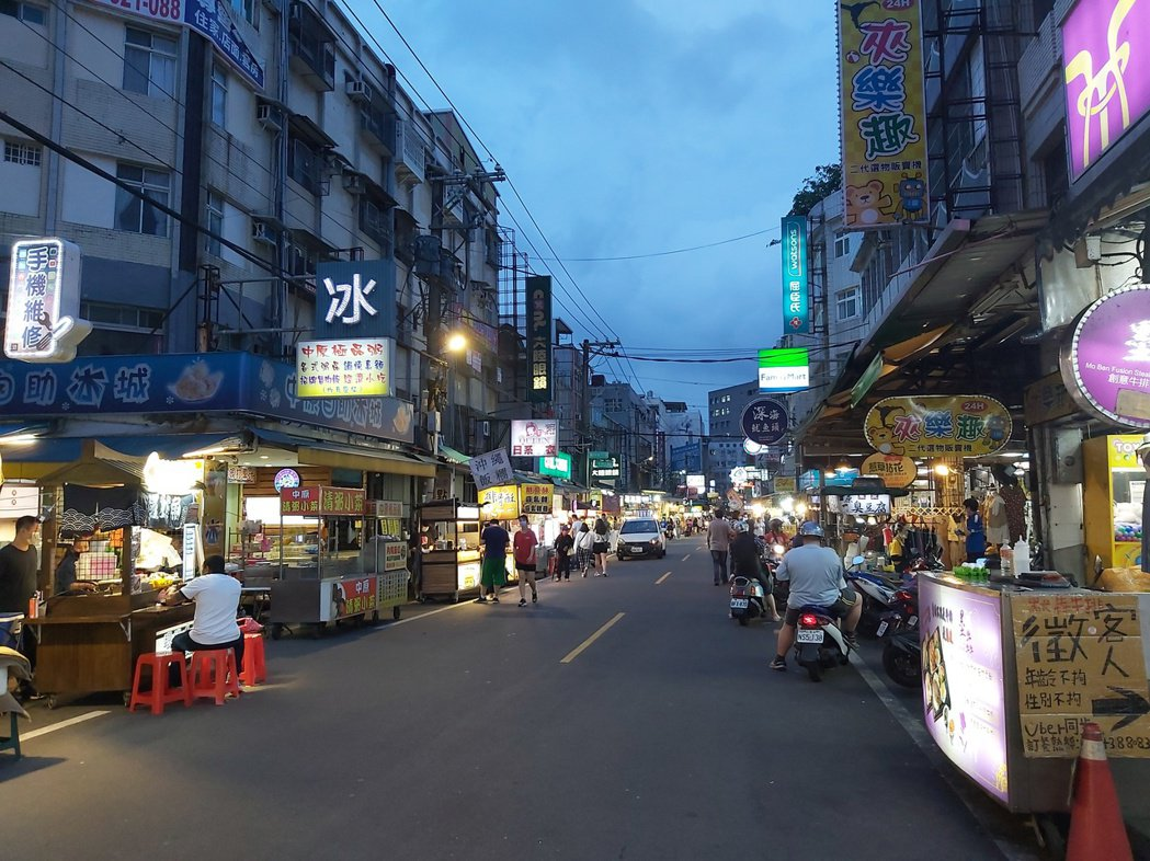 許多民眾都不敢到中原夜市,平常最熱鬧的晚餐時間,如今街道都是空蕩蕩。記者朱冠諭/...