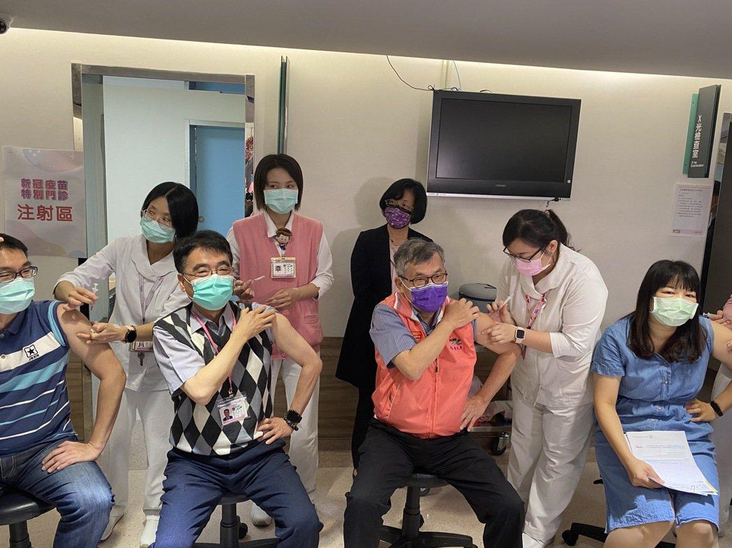 國內COVID-19疫情警戒提升至二級,已出現搶打AZ新冠肺炎疫苗情形,衛福部彰...