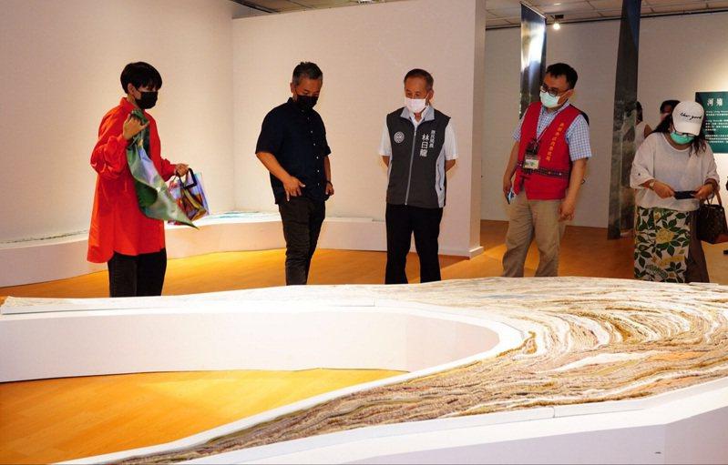 原住民族文化館展出多件大型作品,表現原民族文化的氣勢。圖/桃園市原住民族行政局提供