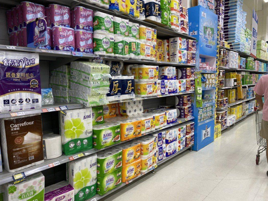 北高雄一家連鎖大賣場的衛生紙、防疫用品區域,貨架商品補得更勤,備量明顯增加,但貨...