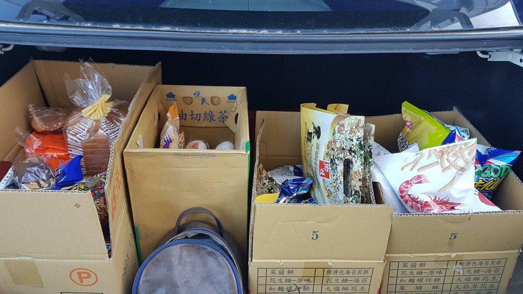 王姓婦人買了4大箱零食等生活物資,塞滿後車廂,她說,備足物資在家防疫比較有安全感...