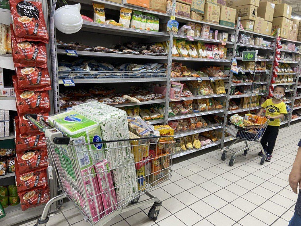 泡麵等乾糧區出現部分缺貨。記者柯毓庭/攝影