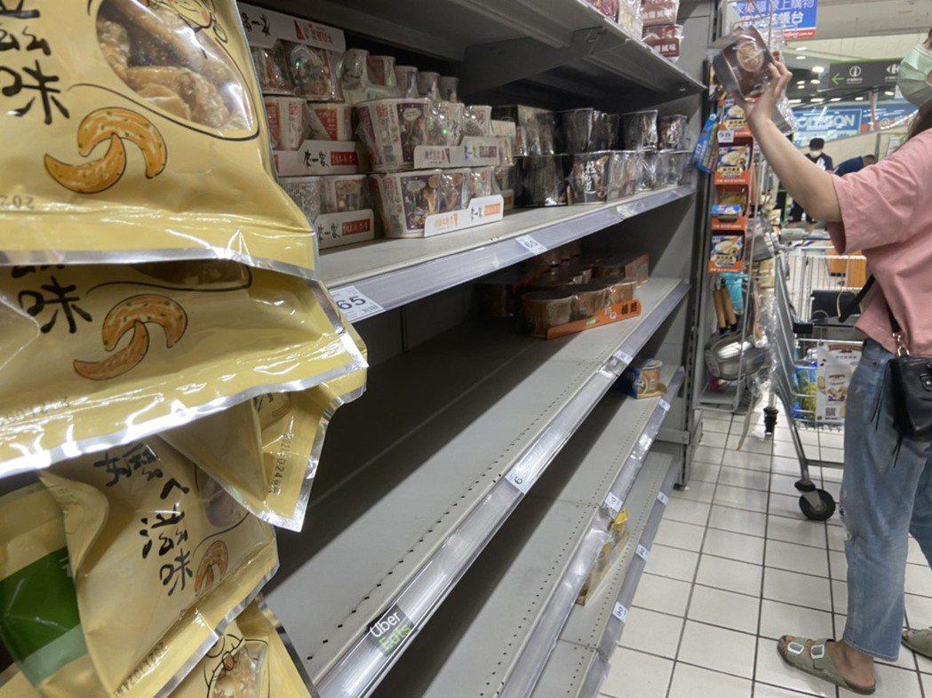民眾湧現家樂福搶購民生物資,部分商品出現缺貨。記者柯毓庭/攝影