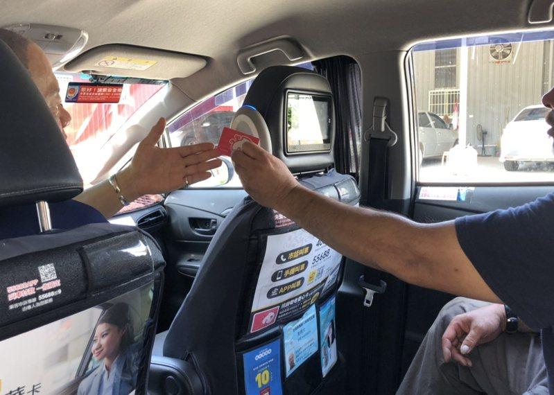 桃園市交通局表示,就算是設籍桃園的計程車,也不見得有提供愛心計程車服務,建議有需求的民眾直接撥打交通局提供的免付費專線,最有效率。圖/交通局提供