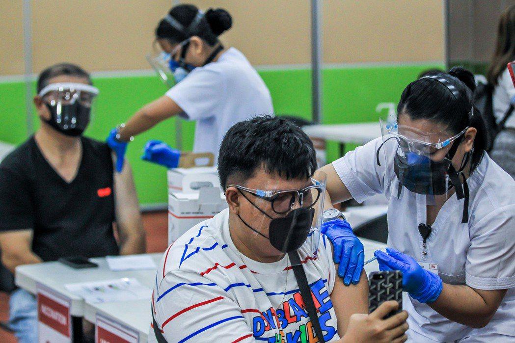 圖為菲律賓馬尼拉居民接種新冠疫苗,圖中人與本文無關。新華社