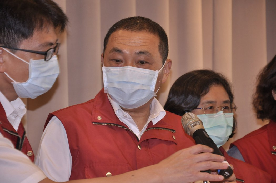 新北市長侯友宜表示未來會再新增607間防疫旅館房間。記者張哲郢/攝影