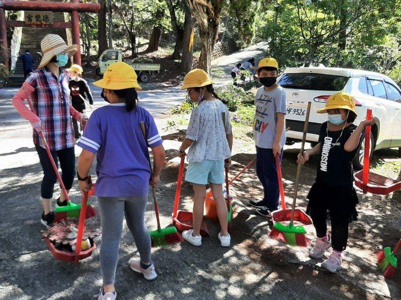 南投縣清境合歡山淨山活動登場,清出3000袋垃圾,數量驚人。圖/清境觀光協會提供