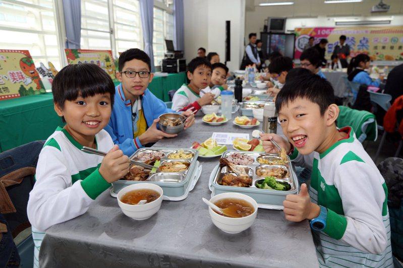 高雄市教育局要求低年級吃完營養午餐再放學,引起不少學校、家長反彈。圖/高雄市教育局提供